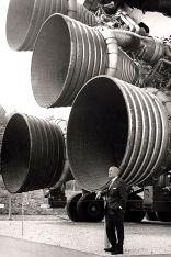 Werner von Braun vor den Triebwerken der Saturn-V-Rakete